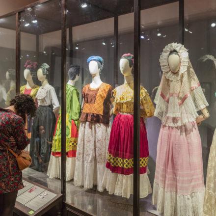 Llevarán guardarropa de Frida Kahlo a museo en Londres